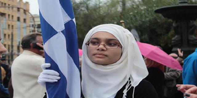 Η απάντηση της Σημαιοφόρου με την Μαντήλα στα επιθετικά σχόλια…