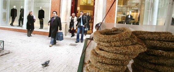Άνεργος πατέρας 3 παιδιών τιμωρείται με 5.000 ευρώ επειδή πουλούσε κουλούρια χωρίς άδεια..