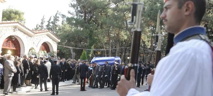 Αυτή την ώρα η κηδεία του Κωστή Στεφανόπουλου -Με τιμές αρχηγού κράτους [εικόνες]