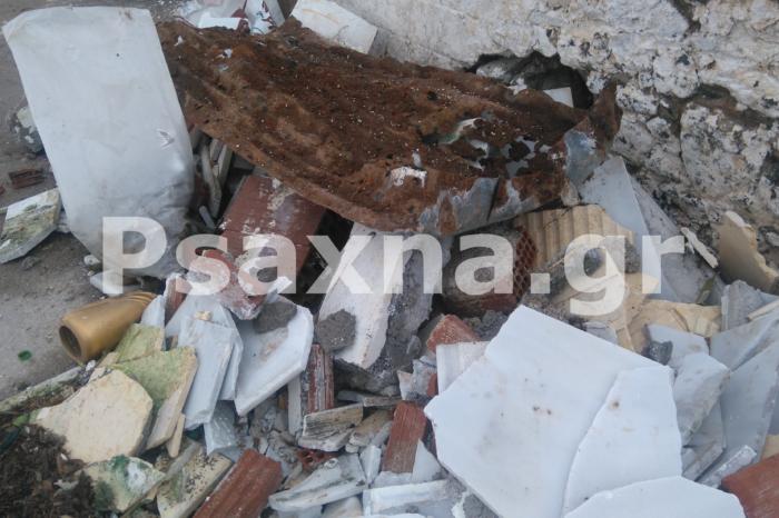 Μάρμαρα χώματα και τσίγκοι από τάφους   πεταμένα για μία εβδομάδα έξω από το Νεκροταφείο των Ψαχνών