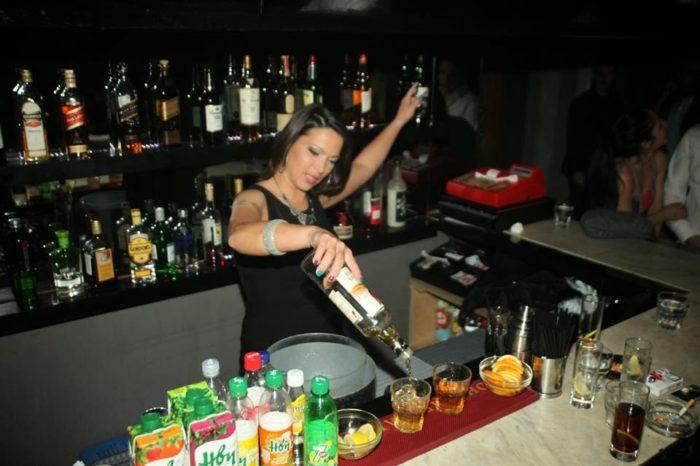 Club στην Νέα Αρτάκη ζητεί barwoman για εργασία