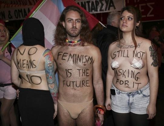 Ακτιβιστές, γυναίκες και πολίτες στην πορεία για την Παγκόσμια Ημέρα της Γυναίκας στο Σύνταγμα (φωτό)