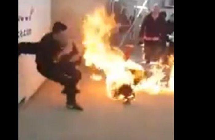 Η στιγμή που αυτοπυρπολείται ο πρόσφυγας στη ΒΙΑΛ της Χίου (video)