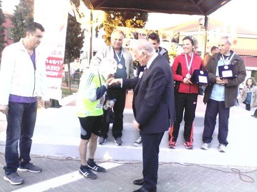 Αθλητής του Δρόμου αντοχής και θυσίας «Αγγελής Γοβιός» φίλησε το χέρι του Βασίλη Λεβέντη !