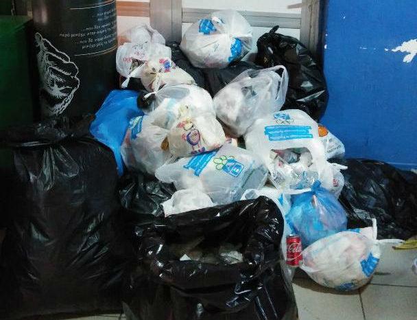 Άθλια κατάσταση δύο εβδομάδων στο ΤΕΙ Χαλκίδας.Έκλεισε την είσοδο των γραφείων της Διοίκησης με σκουπίδια σε ένδειξη διαμαρτυρίας ο σύλλογος οικοτρόφων εστίας !