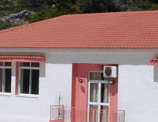 Στενή: Έβαψε Γυμνάσιο και Δημοτικό και αντικατέστηκε 400 τετραγωνικά μέτρα σκεπής ο Δήμος Διρφύων Μεσσαπίων