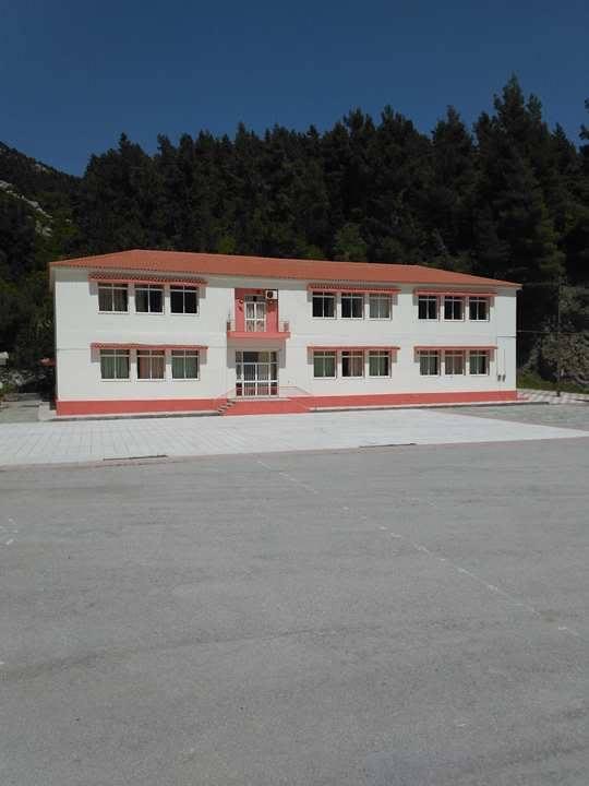 Στενή: Έβαψε Γυμνάσιο και Δημοτικό και αντικατέστηκε 400 τετραγωνικά μέτρα σκεπής ο Δήμος Διρφύων Μεσσαπίων 18217155 1262621767191579 715022081 n