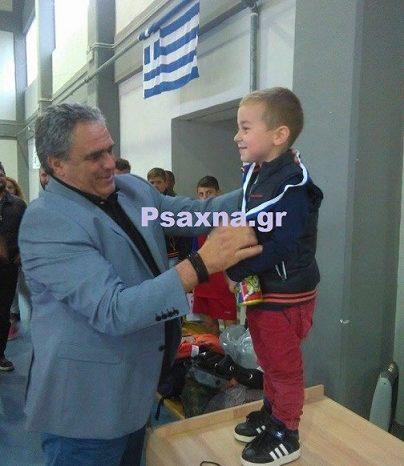 Ο  Γιώργος Ψαθάς βραβεύει τον μικρότερο φίλαθλο του πρωταθλήματος μπάσκετ