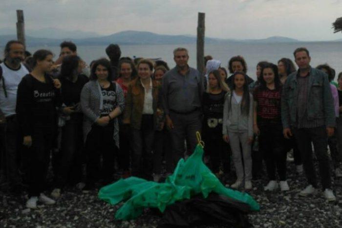 Aντιδήμαρχοι καθηγητές και μαθητές του Γυμνασίου Ψαχνών καθάρισαν την παραλία των Πολιτικών