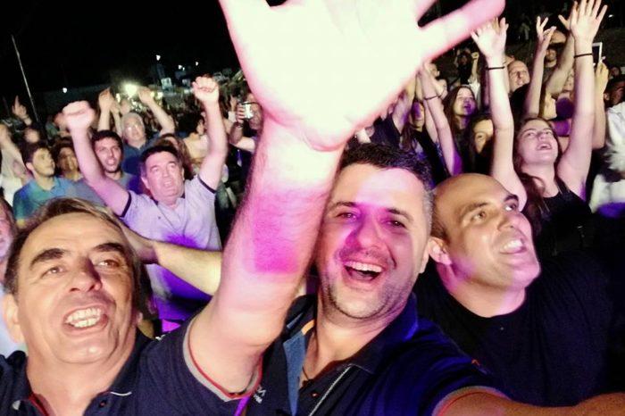Nεροτριβιά: Εκατοντάδες θεατές αποθέωσαν  τον Νίκο Πορτοκάλογλου