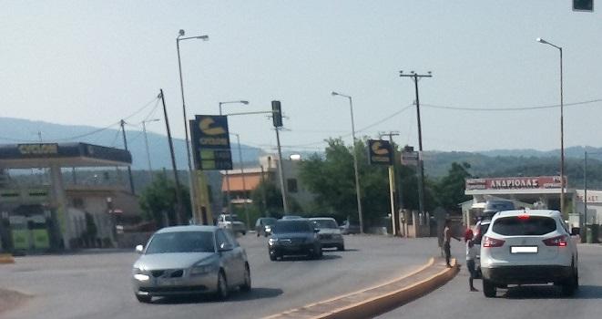 Διασταύρωση Καστέλλας: Μικροί Ρομά άρπαζαν ζητιάνευαν και κατούραγαν ξυπόλητοι στον δρόμο !