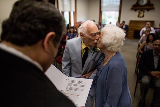 Εκείνη 98 χρονών και εκείνος 94, γνωρίστηκαν στο γυμναστήριο και... παντρεύτηκαν !