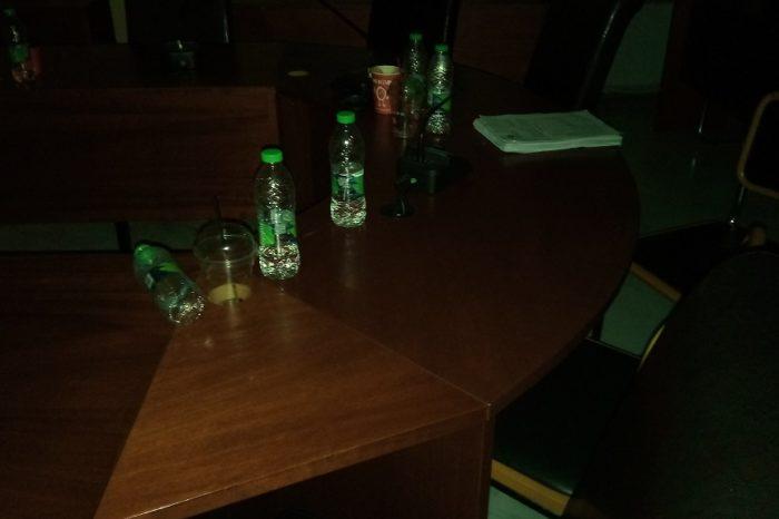 Το Δημοτικό συμβούλιο τελείωσε αλλά οι καφέδες και τα μπουκαλάκια έμειναν για την  καθαρίστρια...