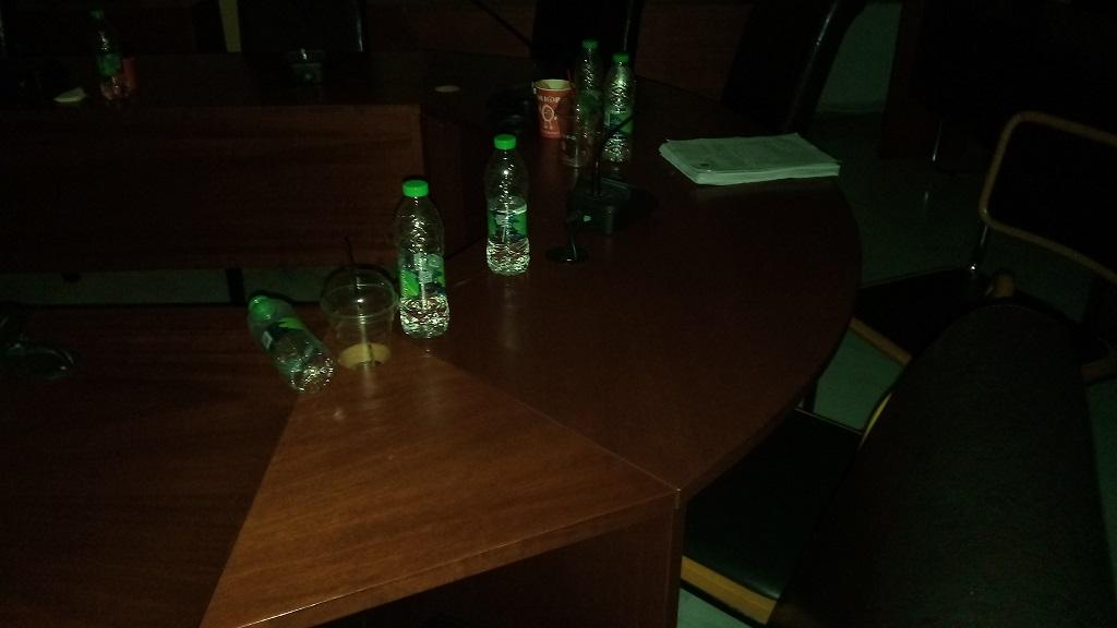 Το Δημοτικό συμβούλιο τελείωσε αλλά οι καφέδες και τα μπουκαλάκια έμειναν για την  καθαρίστρια... 21124909 725445617642691 1708791009 o