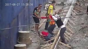 Οπαδός συνθλίβει το κεφάλι αντιπάλου με μία μεγάλη πέτρα (video)