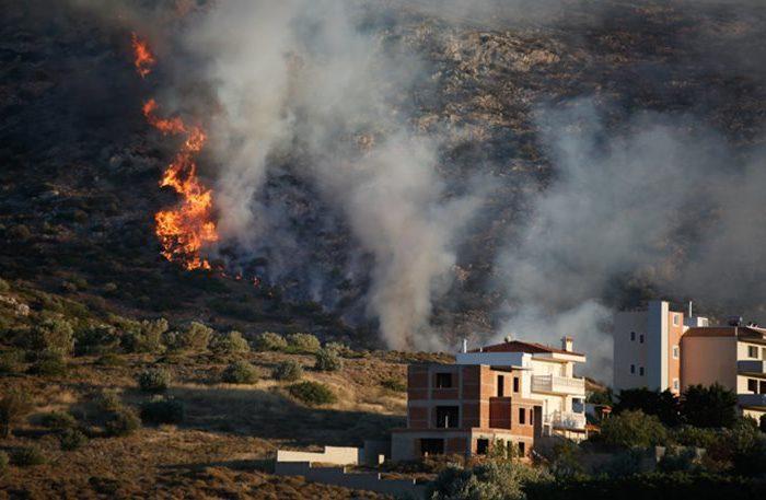 Πυρκαγιά στα Καλύβια: Μάχη των πυροσβεστών με τις συνεχείς αναζωπυρώσεις