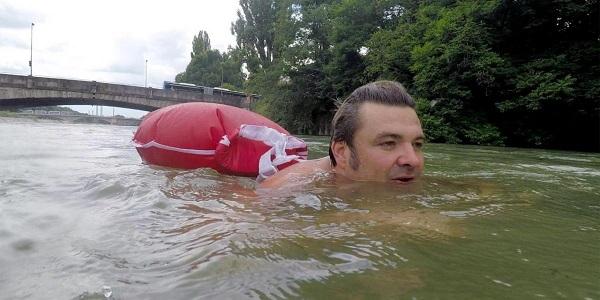 Κολυμπάει κάθε μέρα 2 χλμ. για να πάει στη δουλειά του!