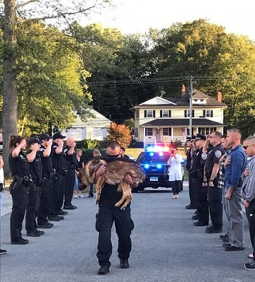 Ο συγκλονιστικός αποχαιρετισμός στον Χάντερ, το λυκόσκυλο Κ9, από τον αστυνομικό συνεργάτη του(Photos)