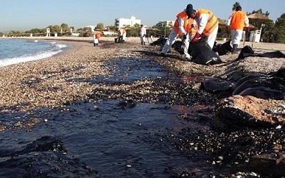 Απελπιστική κατάσταση στις ακτές της Αττικής: Μαζούτ και μίνι καύσωνας το Σαββατοκύριακο