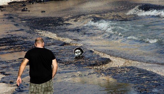 Οικολογική καταστροφή στο Σαρωνικό: 'Μαύρισαν' οι παραλίες στη Σαλαμίνα