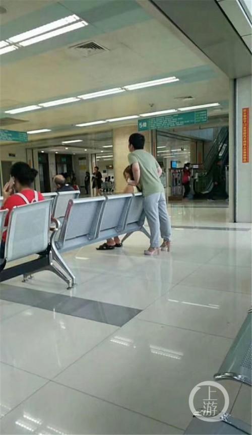 Το αγόρι της χρονιάς: Ο τύπος που φόρεσε τα τακούνια της κοπέλας του επειδή πονούσαν τα πόδια της 1261824 w2