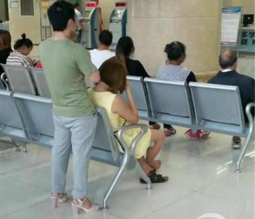 Το αγόρι της χρονιάς: Ο τύπος που φόρεσε τα τακούνια της κοπέλας του επειδή πονούσαν τα πόδια της
