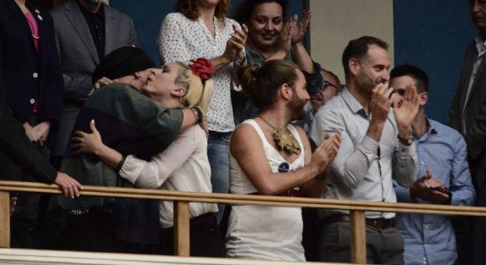 Δάκρυα χαράς και αγκαλιές των τρανς και των γκέι στα θεωρεία της Βουλής