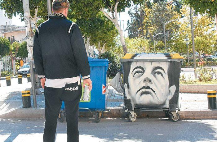 «Ζωγράφος-εκδικητής» ζωγραφίζει πολιτικούς στα σκουπίδια