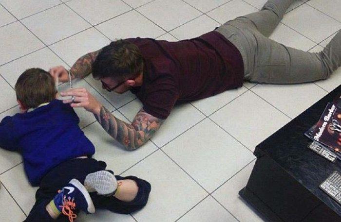 Κουρέας έπεσε στο πάτωμα για να κουρέψει αυτιστικό παιδί (pics)