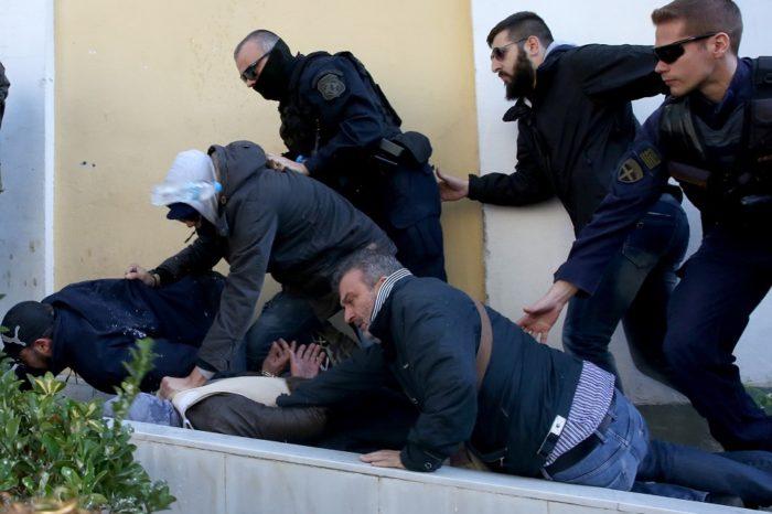 Καρέ-καρέ ο νέος προπυλακισμός του 58χρονου στην Ευλεπίδων (video)