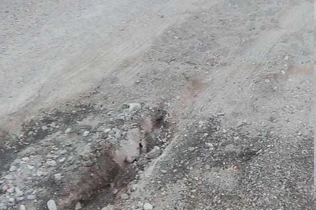 Ψαχνά: Ο Δήμος  «κουκούλωσε» με άμμο  τους γκρεμισμένους δρόμους στο σκληρό αλλά οι τρύπες ξαναάνοιξαν σε δέκα ημέρες (video)