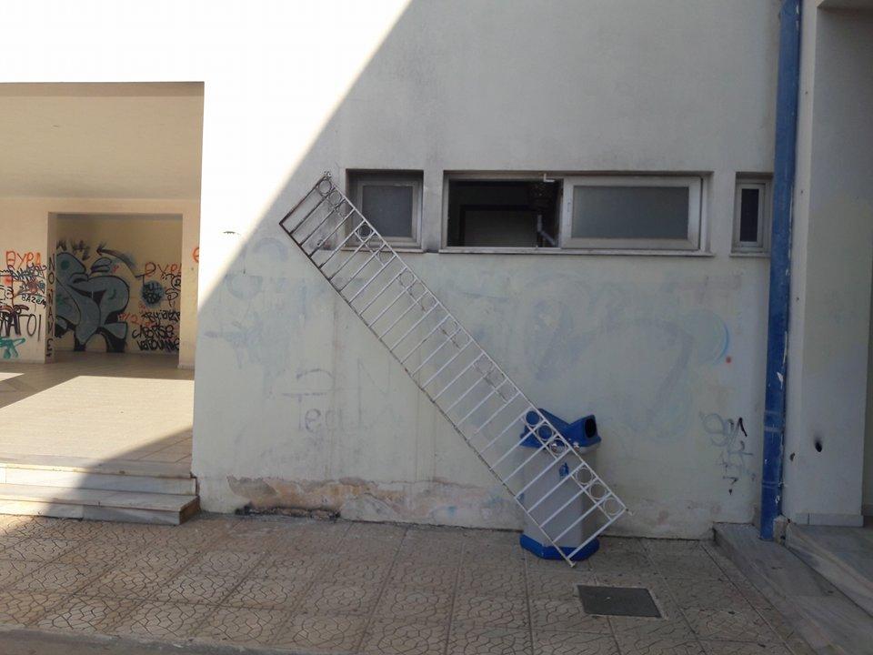 Κλοπή  στο Λύκειο Ψαχνών:Αφού έκλεψαν και  τα έκαναν «γυαλιά-καρφιά» ζωγράφισαν πεντάλφες και το σύμβολο του Σατανά στους πίνακες του σχολείου ! (φωτογραφίες-video) 25394408 1507908749246269 191268034 n
