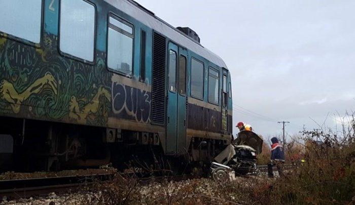 Τρένο παρέσυρε αυτοκίνητο στα Τρίκαλα - Νεκρός ο οδηγός.Οι πρώτες εικόνες από την τραγωδία ΦΩΤΟ - ΒΙΝΤΕΟ)
