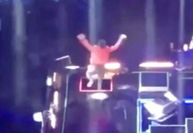 Τραγουδιστής 'εξαφανίστηκε' την ώρα του live - Έπεσε σε καταπακτή 2 μέτρων (video)