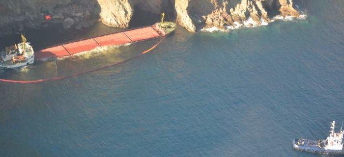 Ρύπανση από το ναυάγιο στη Μύκονο -Απλώνουν πλωτά φράγματα για να την περιορίσουν