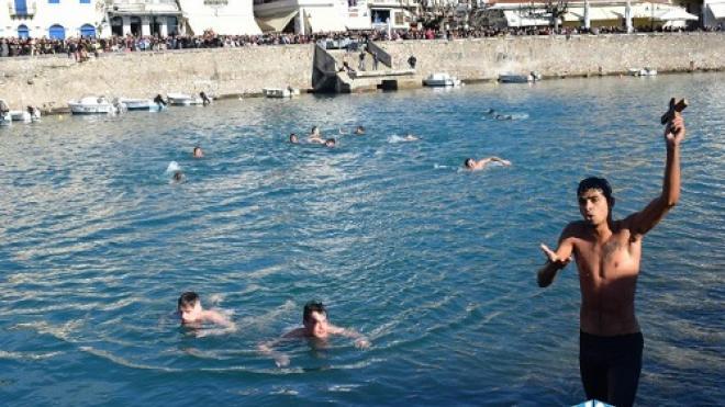 Ρομά κολυμβητής έκοψε δρόμο για να πιάσει τον Σταυρό στη Ναύπακτο αλλά τον πήρε Χαμπάρι ο Μητροπολίτης και πήρε το μάθημά του…