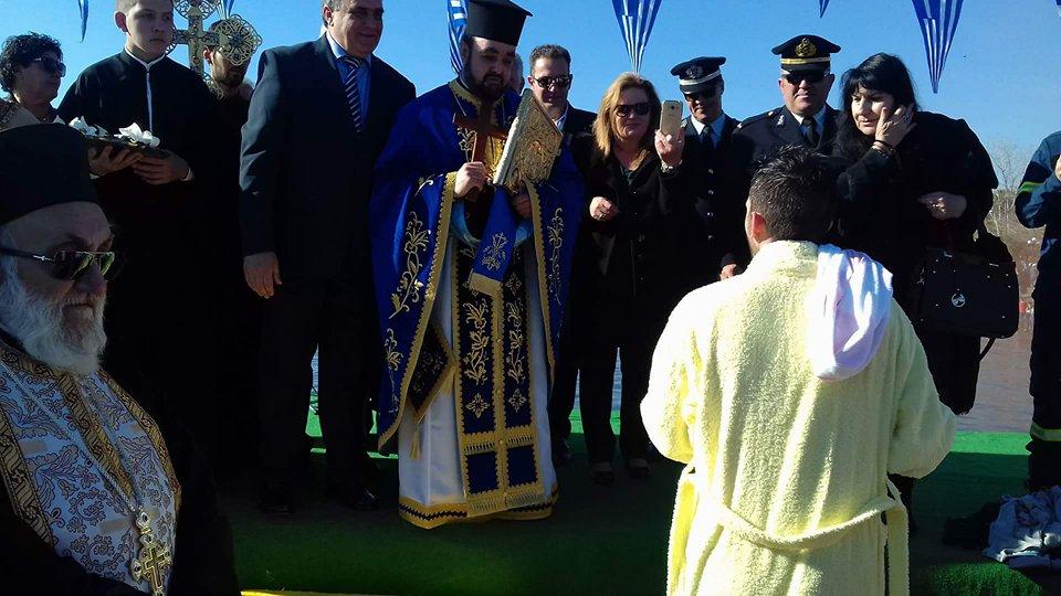 Πολιτικά: Ο Κώστας Καρατζάς έπιασε τον Τίμιο Σταυρό στα φετινά Θεοφάνεια  (φωτογραφίες-video) 26551940 779718552215397 1757488773 n