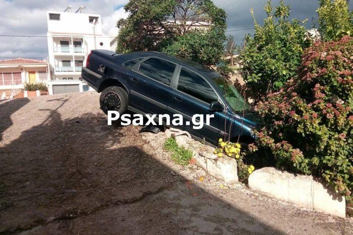 Νέο τροχαίο στην «φονική» στροφή Τσεκούρα: ΙΧ έκανε βουτιά σε τρύπα με  κήπο