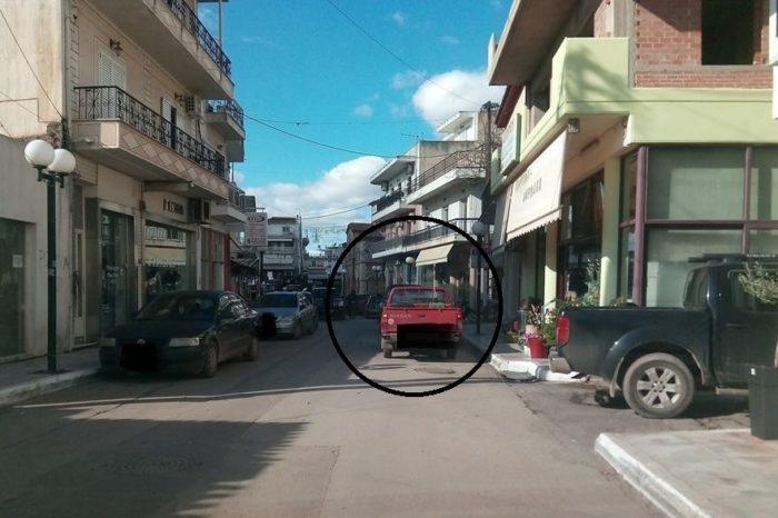 «Κυκλοφοριακό μπάχαλο» και αυτοκίνητα ανάποδα σε μονόδρομο κατά την διάρκεια των εργασιών του αποχετευτικού στα Ψαχνά