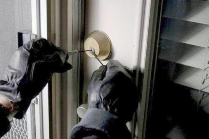 Έκλεψαν χρήματα και χρυσαφικά από σπίτι στα Ψαχνά