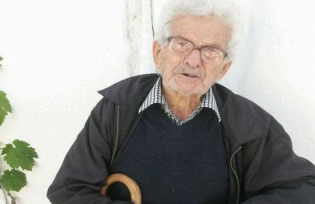 Ο 103χρονος Κρητικός, που πίνει τη ρακή του, τρώει σαρδέλες, παίζει κολτσίνα και παραπονιέται γιατί δεν βρίσκει συνομηλίκους του