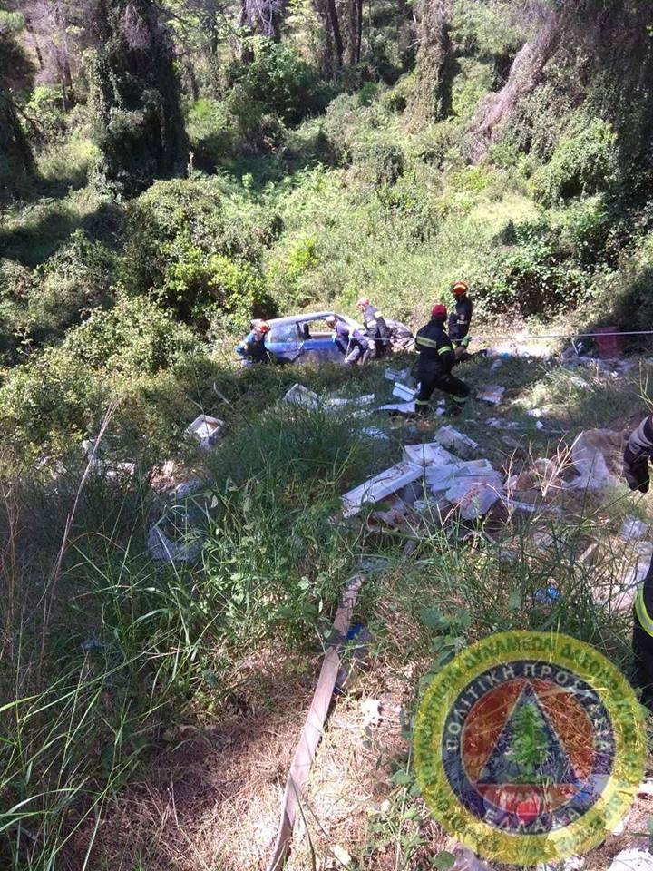 Τροχαίο δυστύχημα  με έναν νεκρό έξω από τα Ψαχνά (φωτογραφίες) 2 12