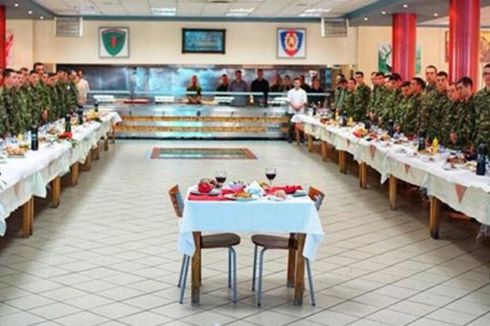Έστησαν πασχαλινό τραπέζι για τους δύο Έλληνες στρατιωτικούς στο ΚΕΥΠ Λαμίας