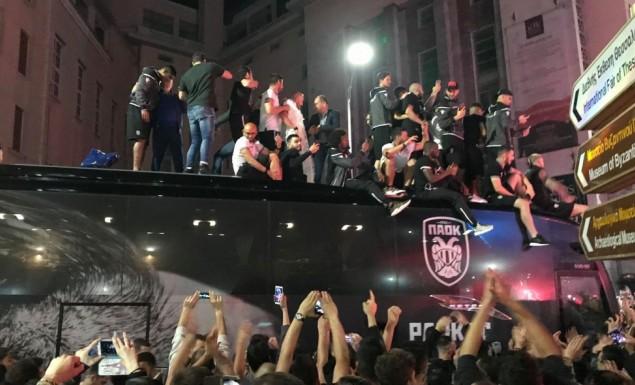 «Κάηκε» η Θεσσαλονίκη για τον ΠΑΟΚ: Υποδοχή ηρώων στον Λευκό Πύργο! (video)