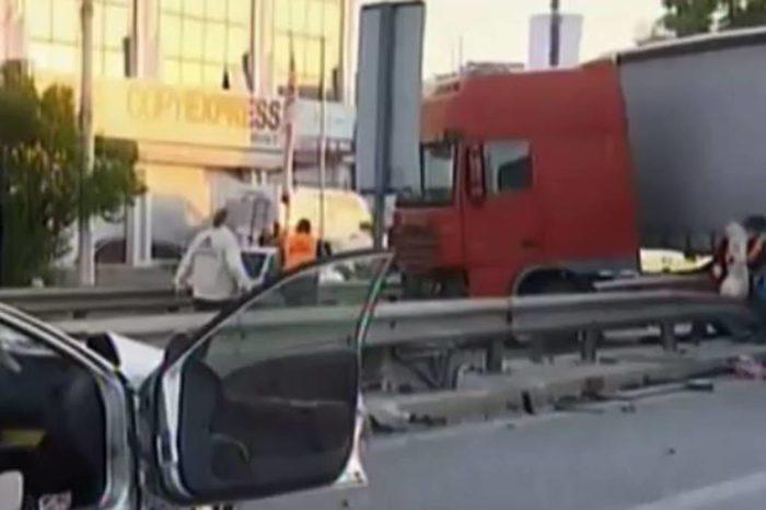 Τραγωδία στον Κηφισό: Δυο νεκροί σε τροχαίο με νταλίκα και 2 ΙΧ (φωτό)