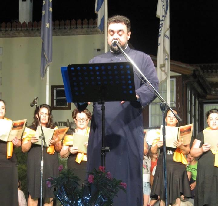 Ψαχνά: Ο Πατέρας Ανάργυρος τραγούδησε το  «Ανάθεμά σε» του Παντελή Θαλασσινού στην πλατεία των Ψαχνών και μάγεψε με την ερμηνεία του ! (video) 1 7