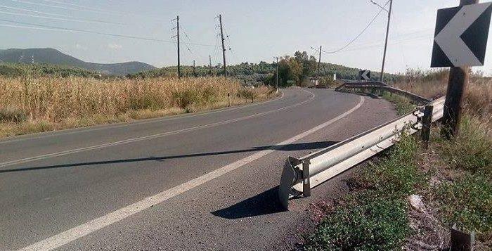 Κολοβρέχτης:Kομμάτι σιδερένιας προστατευτικής  μπάρας «κρέμεται» μέσα στον δρόμο