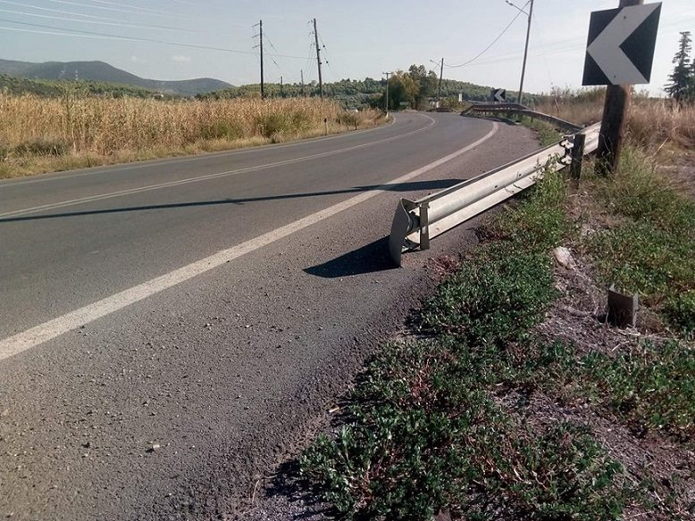 Κολοβρέχτης:Kομμάτι σιδερένιας προστατευτικής  μπάρας «κρέμεται» μέσα στον δρόμο 4