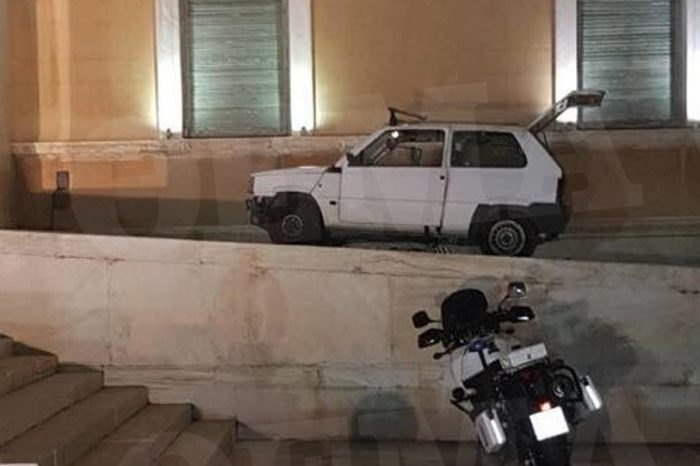 Αυτό είναι το Fiat Panda που... εισέβαλε στη Βουλή !