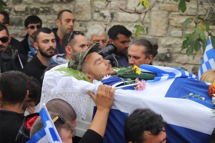 Σε κλίμα οδύνης και συγκίνησης η κηδεία του Κωνσταντίνου Κατσίφα - Έψαλαν τον Εθνικό ύμνο (video)
